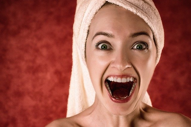 Žena s uterákom na hlave má otvorené ústa a tvári sa prekvapene.jpg