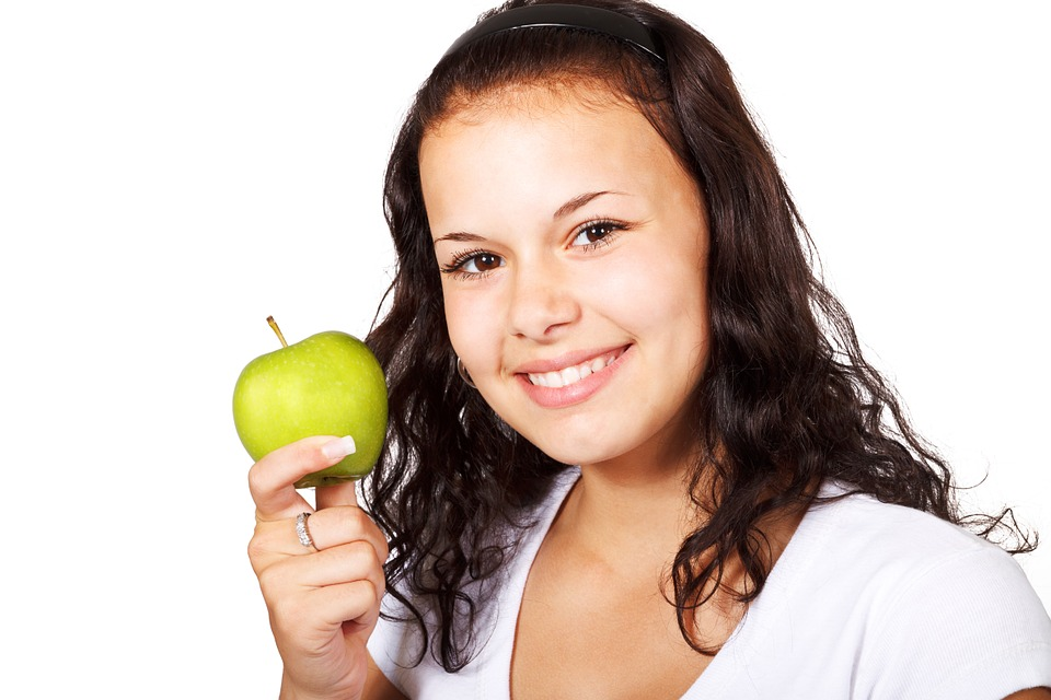 mladá žena, jablko