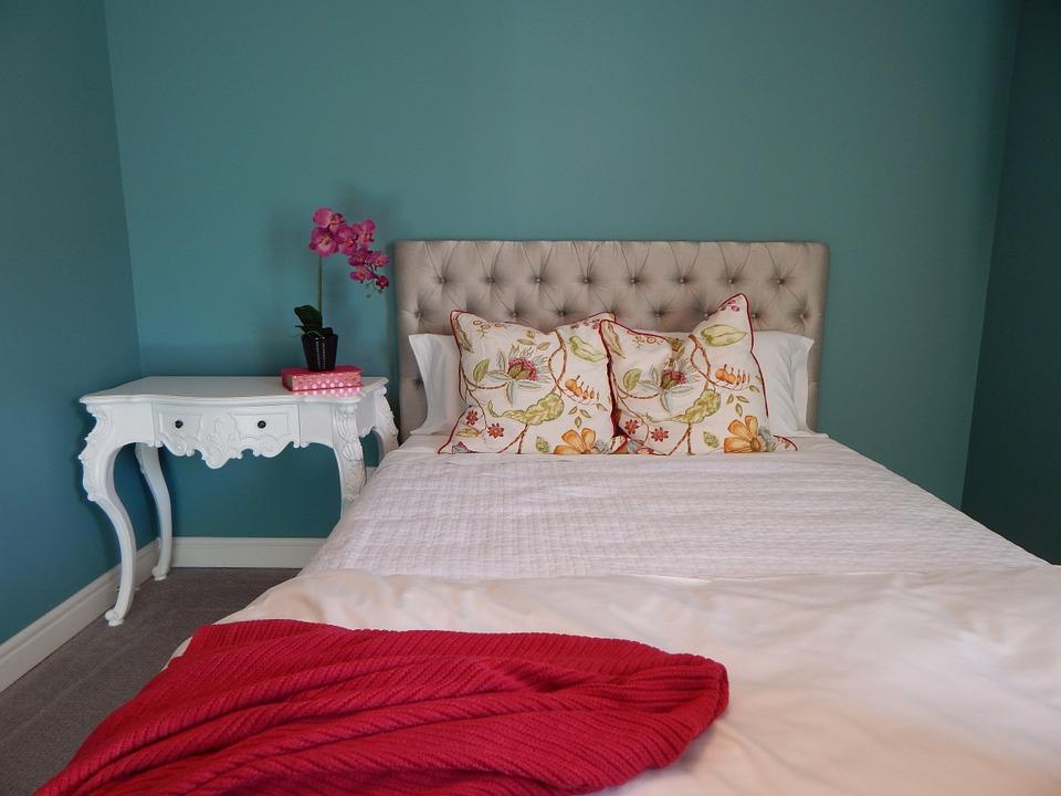 posteľ, červená deka