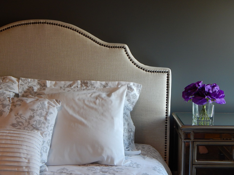 posteľ, kvetináč